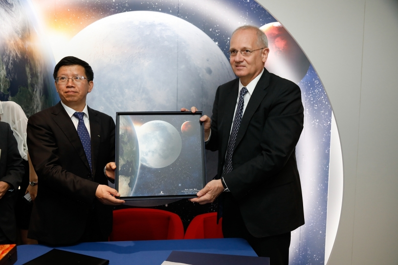 Signature de l'accord bilatéral franco-chinois.