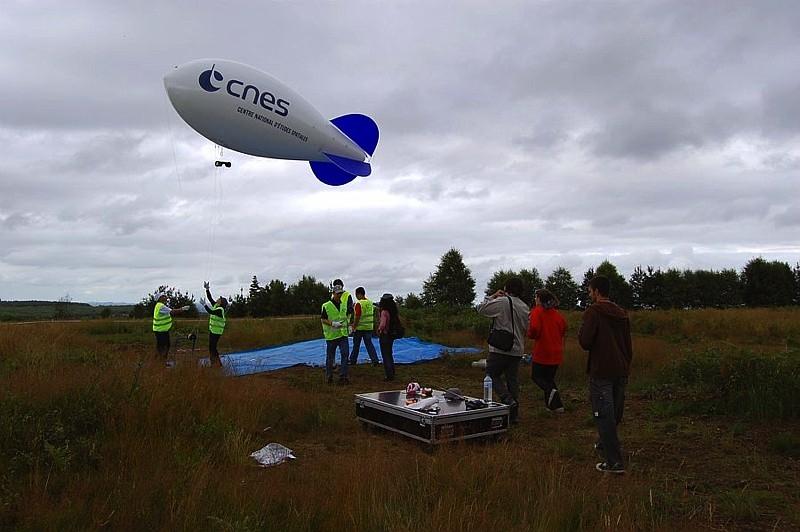Lancement d'un Cansat sous ballon en 2008 à La Courtine. Crédits : CNES.