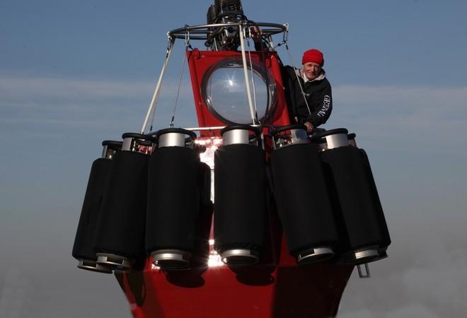 Jean-Louis Etienne à bord de la nacelle d'une réplique du ballon. Crédits : F. Latreille/Septième Continent.