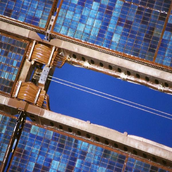 Détail des cellules photovoltaïques sur un panneau solaire. Crédits : CNES