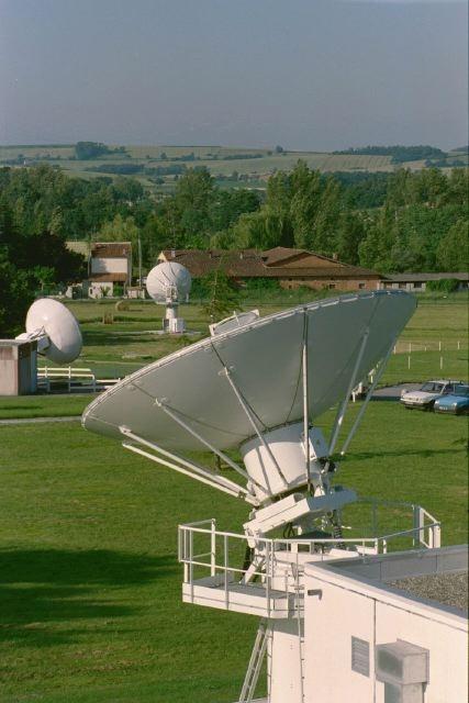 Vue générale de la station de réception de satellites d'Issus-Aussaguel, en Haute-Garonne. Crédits : CNES/E.GRIMAULT,2000