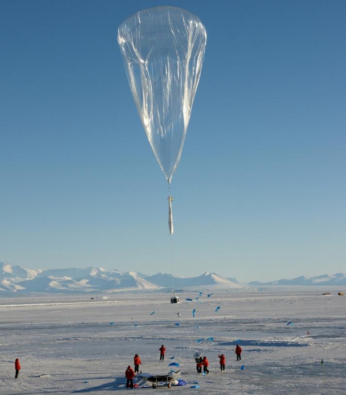 Lâcher d'un ballon pressurisé stratosphérique par le CNES pendant la campagne Concordiasi en 2010 en Antarctique. Crédits : CNES/P. Cocquerez.